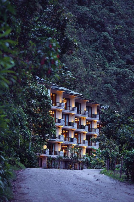 Fachada Sumaq, imagen del hotel rodeado de el verdor de la monta