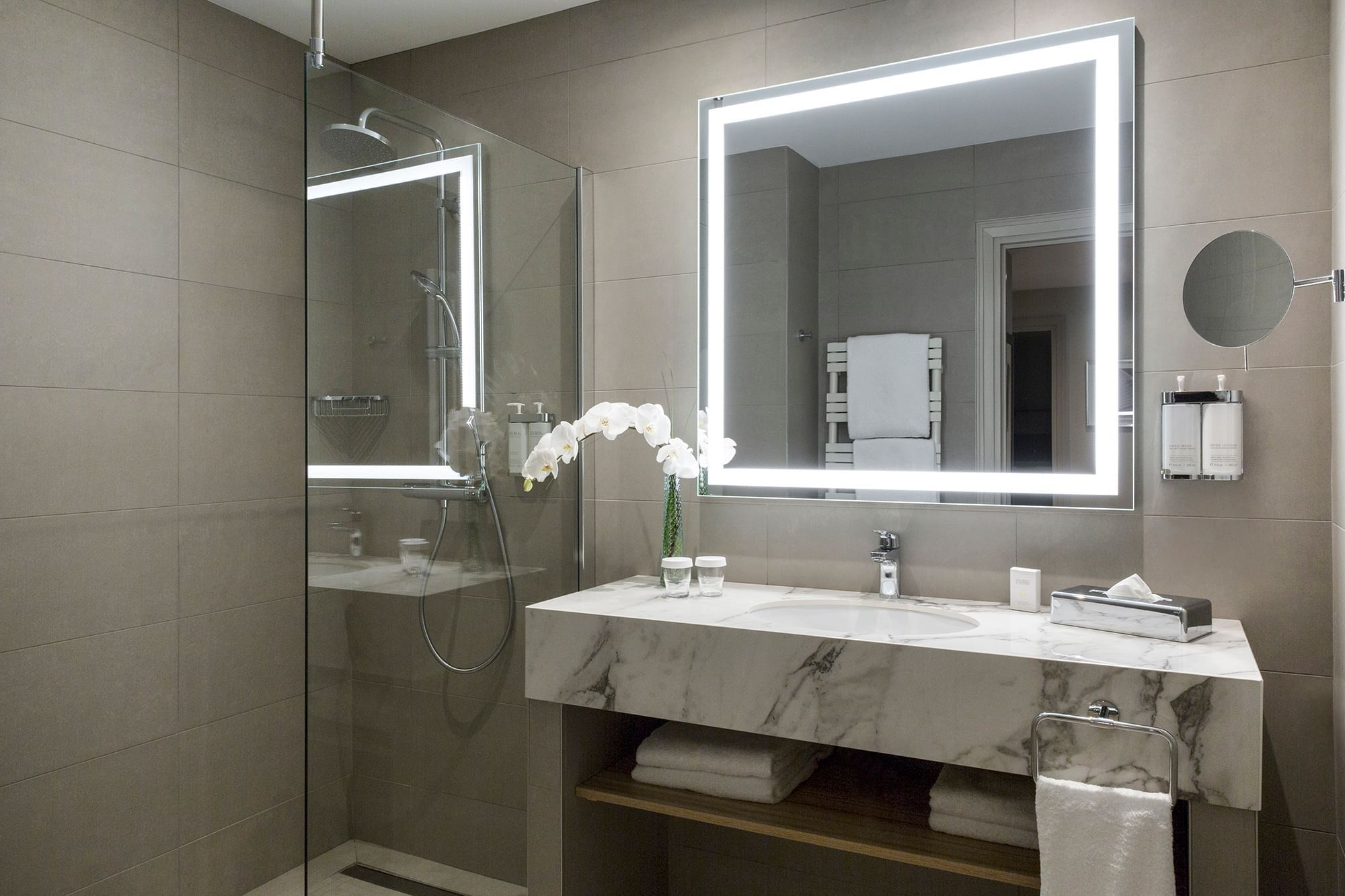 Bathroom of Premium Suite Warwick Reine Astrid Lyon