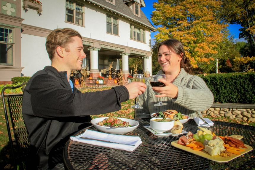 outdoor dining at the inn at stonecliffe