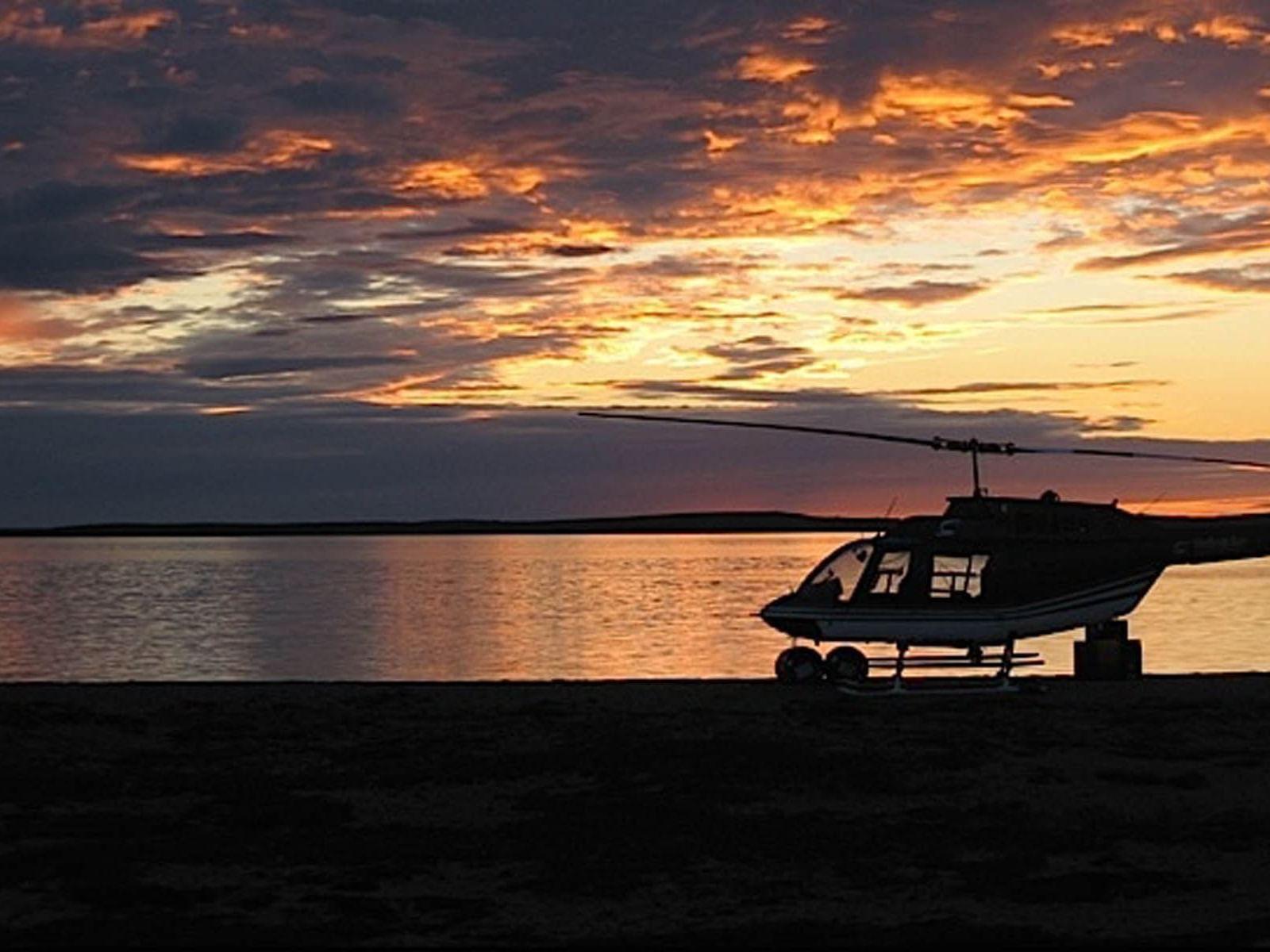 Un helicóptero aparcado a la playa.
