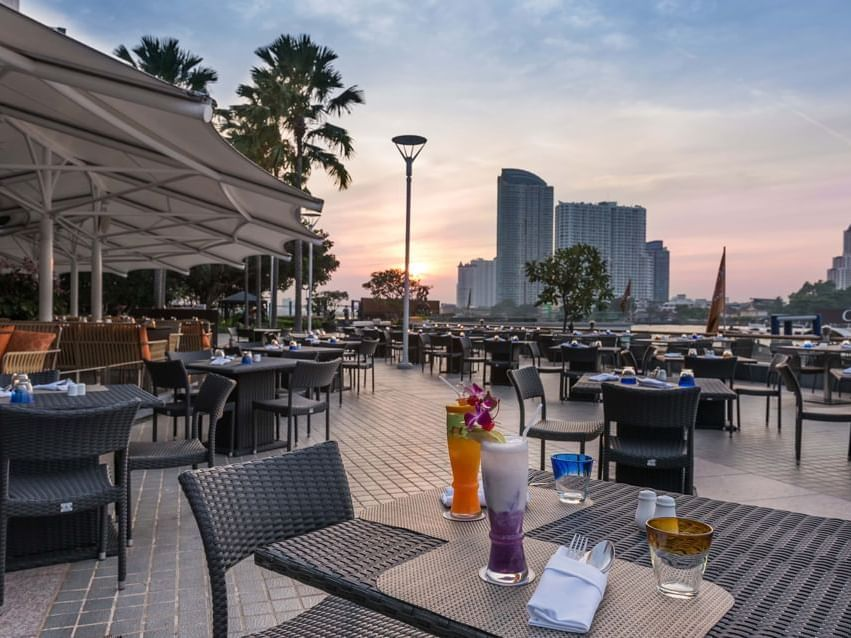 Drinks and dining outdoors beside a river view of PIER 28 at Chatrium Hotel Riverside Bangkokok