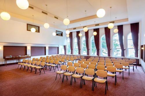 Конференц-зал с большими окнами