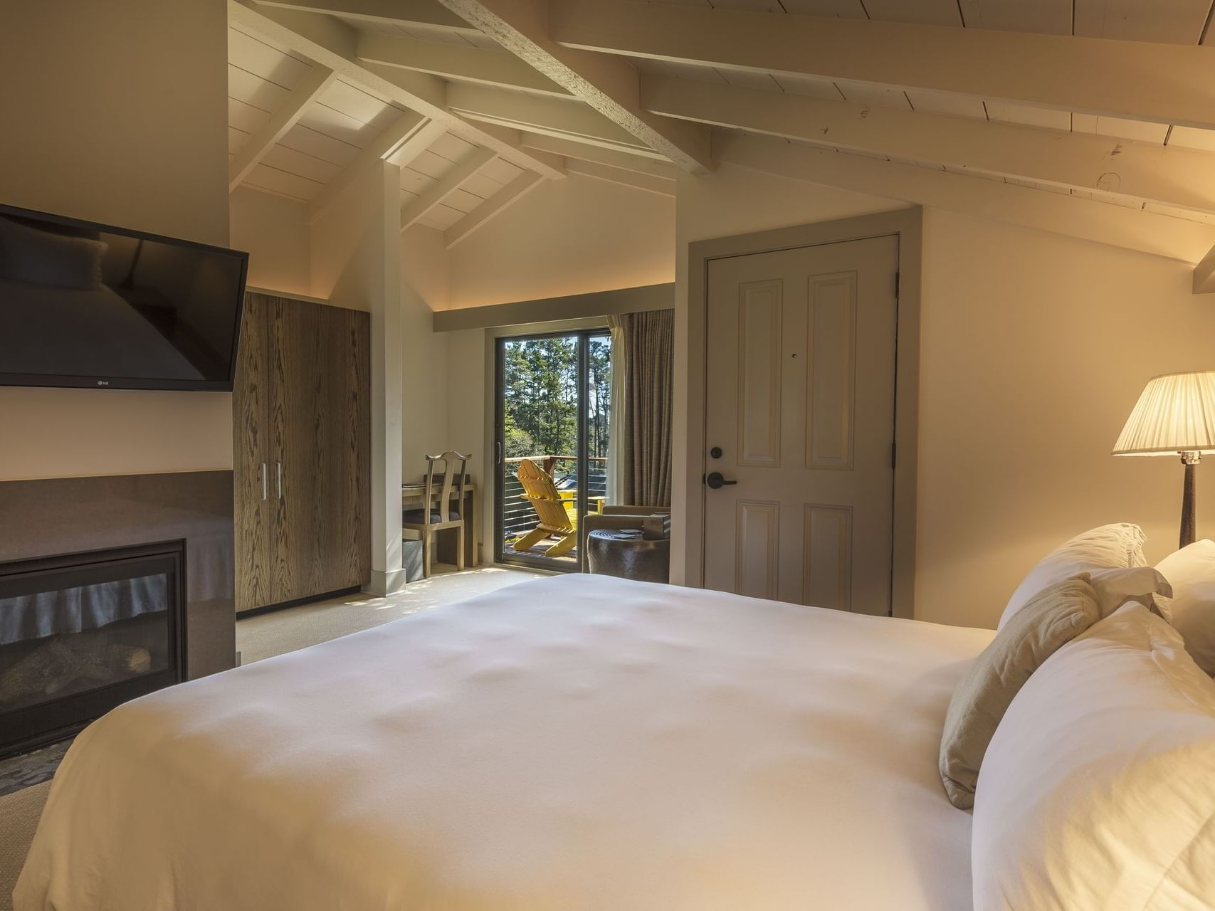 Traditional bedroom with king size bed at Heritage House Resort